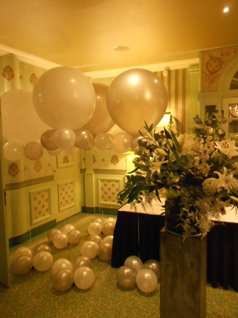 Ballonnen decoraties voor huwelijk en bedrijfsopeningen for Ballonnen tafels