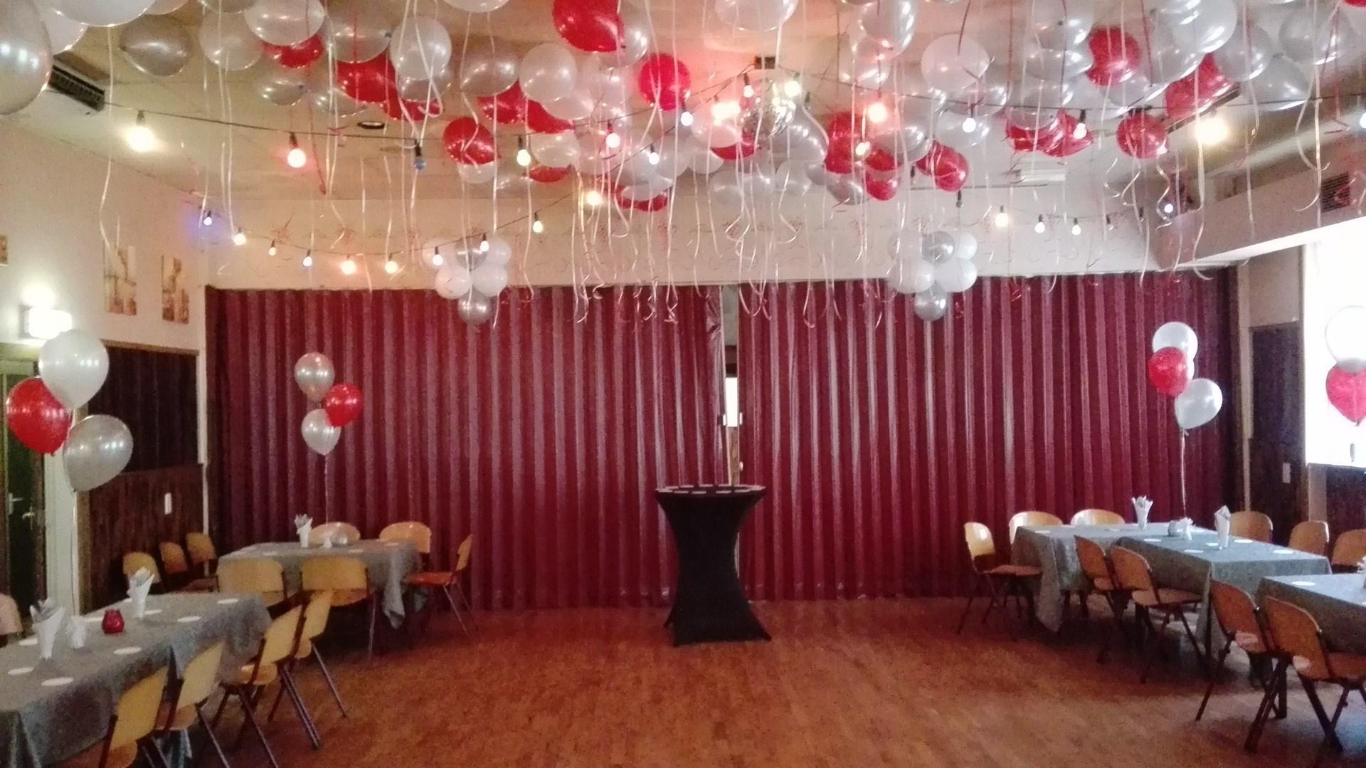 Huwelijk in amsterdam met helium ballonnen decoraties for Ballonnen tafels
