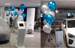 helium ballon decoraties onthulling nieuwe auto in showroom